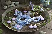 Kleine Kränze aus Hydrangea (Hortensie) und Ranke von Clematis