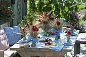 Bayerische Tischdekoration mit Getreide und Geranien