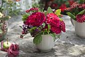 Kleiner Strauß aus roten Blüten und Kräutern