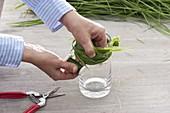 Mit Gras umwickeltes Glas als Vase 3/4