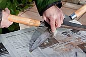 Rost an Heckenschere mit Schmirgelpapier entfernen