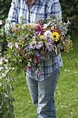 Frau mit frisch geschnittenem Bauerngarten - Strauß