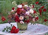 Spätsommerstrauß mit Rosa (Rosen, Hagebutten), Sedum (Fetthenne)