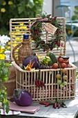 Geschenk - Korb mit Gemüse, Kräutern und Eingemachtem