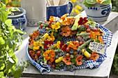 Bunter Gemüsekranz mit Kräutern und eßbaren Blüten