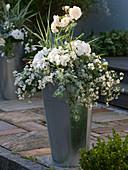 Hoher Blech-Topf in silbergrau und weiß bepflanzt