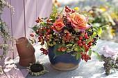 Kleiner Strauß aus Rosa (Rosen und Hagebutten), Holunder