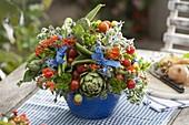 Bunter Gemüsestrauß mit Artischocken (Cynara scolymus), Bohnen