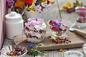 Blütensalz aus grobem Salz und eßbaren Blüten gemischt