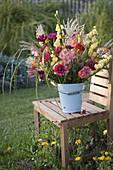 Herbstlicher Strauß aus Gladiolus (Gladiolen), Zinnia (Zinnien), Antirrhinum