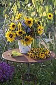 Herbstlicher Strauß mit Helianthus (Sonnenblumen), Aster (Herbstastern)