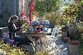 Herbstliche Terrasse am Gartenhaus
