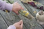 Räucherkolben aus gesammelten und getrockneten Kräutern herstellen