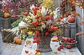 Herbststrauß mit Physalis (Lampions), Miscanthus (Chinaschilf), Cotoneaster