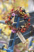 Beerenkranz aus Rosa (Hagebutten), Cotoneaster (Zwergmispel), Sanddorn