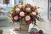 Herbststrauß mit Rosa (Rosen), Cotoneaster (Zwergmispel) mit Beeren