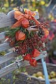 Kleiner Herbststrauß an Stuhllehne