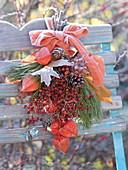 Kleiner gefrorener Herbststrauß an Stuhllehne