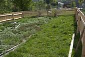 Noch nicht angelegter, unkultivierter Garten mit neuem Hanichelzaun
