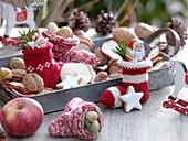 Nikolaus-Söckchen mit Schoko-Nikoläusen gefüllt