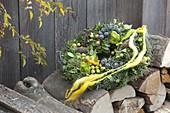 Herbstlicher Kranz aus Cupressus arizonica (Arizonazypresse) mit Zapfen