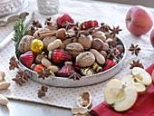 Silbernes Tablett gefüllt mit Walnüssen (Juglans), Erdnüssen