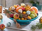 Weihnachtliche Duftschale mit Orangen, mit Nelken gespickten Orangen