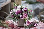 Leicht beschneiter Strauß aus Rosa (Rosen), Cyclamen (Alpenveilchen)