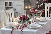 Festliche Silvestertischdeko mit Sträußen aus Rosa (Rosen), Cytisus