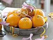 Holztablett mit Apfelsinen (Citrus sinensis), Glas mit Orangenmarmelade