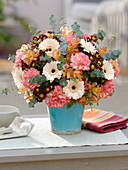 Gerbera Germini 'Cream Cafe' , Dianthus (Nelken) , Chrysanthemum Madiba