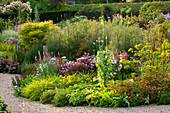 MEADOW Farm, WORCESTERSHIRE: STREAM BED with FENNEL AND HERBACEOUS PLANTING