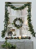 Weihnachtliche Fensterdeko mit Blick ins Zimmer