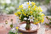 Weiß-gelber Duftstrauß aus Primula veris (Schlüsselblumen, Himmelsschlüssel)