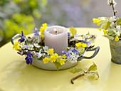Frühlingskränzchen in Metallschale mit Kerze
