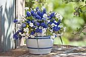 Blau-weißer Frühlingsstrauß in Salzglasurtopf