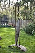 Skulptur aus Holz und Eisen im Garten
