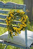 Kranz aus Gräsern und Ranunculus (Hahnenfuß, Butterblumen)