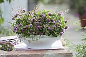 Wiesenstrauß aus Trifolium pratense (Rotklee) und Gräsern in Suppenterrine