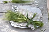Strauß aus Hordeum (Gerste) als Serviettendeko, Gras als Schleifenband