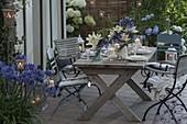 Blau weisse Tischdeko mit Schmucklilien und Lilien