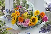 Korb mit frisch geschnittenen Blumen