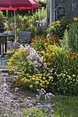 Staudenbeet und Terrasse am Gartenhaus