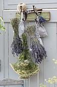 Straeusse von Lavendel (Lavandula) und Achillea (Schafgarbe)