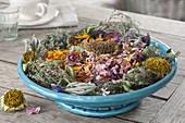 Getrocknete Sommerblueten und Kräuter in Schale
