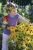 Kinder pflücken Sonnenhut