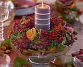 Brassica / Zierkohlkranz, Rosa / Hagebutten, Herbstlaub, Glasschale mit Fuß, Kerz