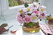 Kleiner Strauss aus Rosa (Rosen) und Anemone japonica (Herbstanemonen)