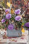 Gesteck in Zink - Jardiniere mit Steckhilfe aus Stücken von Betula (Birke)