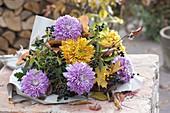 Herbststrauss aus Chrysanthemum (Herbstchrysanthemen) und Ligustrum